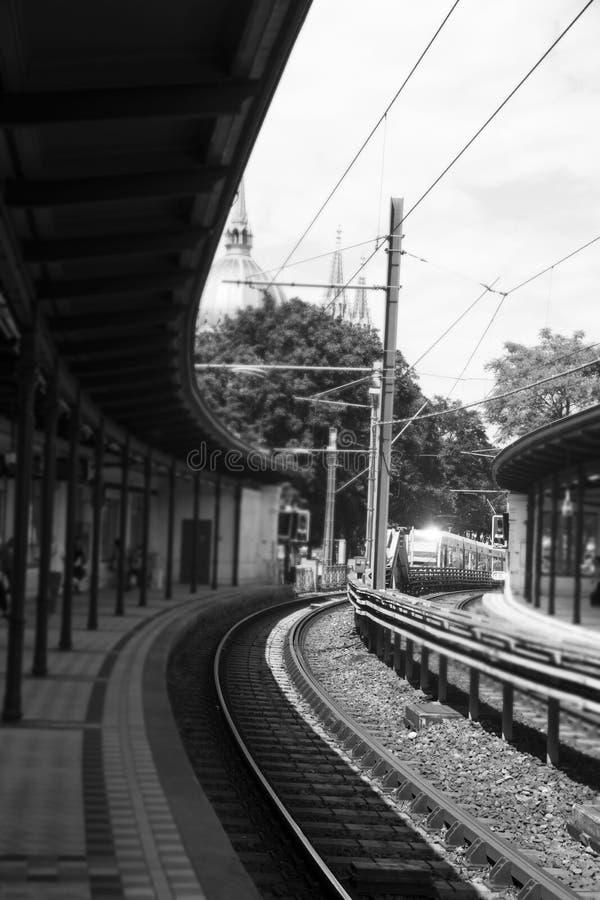 Σταθμός μετρό υπαίθρια με τον πλησιάζοντας σταθμό τραίνων στοκ φωτογραφίες με δικαίωμα ελεύθερης χρήσης