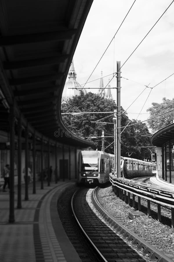 Σταθμός μετρό υπαίθρια με τον πλησιάζοντας σταθμό τραίνων στοκ εικόνα