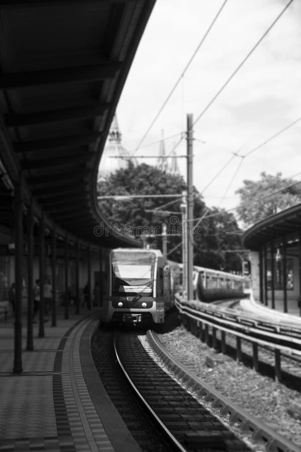 Σταθμός μετρό υπαίθρια με τον πλησιάζοντας σταθμό τραίνων στοκ φωτογραφίες