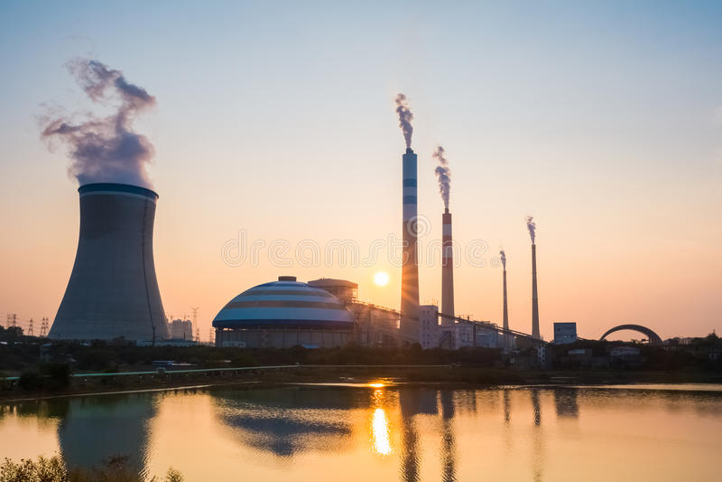 Σταθμός παραγωγής ηλεκτρικού ρεύματος άνθρακα με τον ήλιο ρύθμισης στοκ φωτογραφία με δικαίωμα ελεύθερης χρήσης