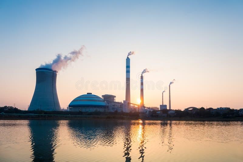 Σταθμός παραγωγής ηλεκτρικού ρεύματος άνθρακα στο ηλιοβασίλεμα στοκ εικόνες