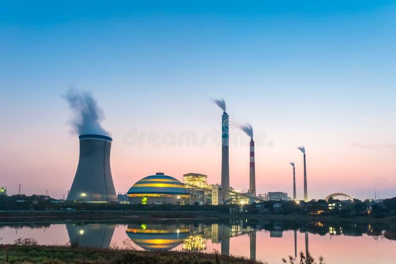 Σταθμός παραγωγής ηλεκτρικού ρεύματος άνθρακα τη νύχτα στοκ εικόνα