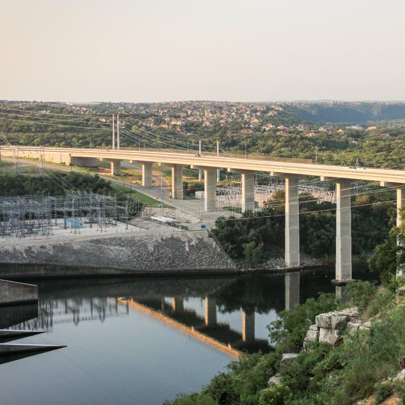 Σταθμός παραγωγής ηλεκτρικού ρεύματος και γέφυρα στοκ εικόνες
