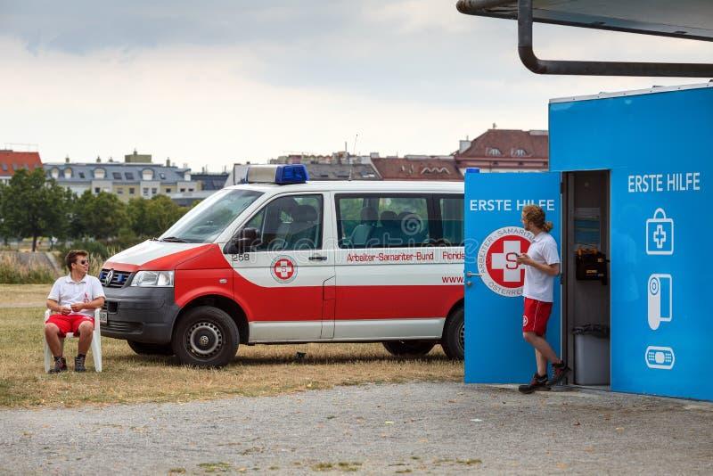 Σταθμός πρώτων βοηθειών κοντά στην παιδική χαρά νερού για τα παιδιά Πάρκο νησιών Δούναβη, Βιέννη, Αυστρία στοκ φωτογραφίες με δικαίωμα ελεύθερης χρήσης