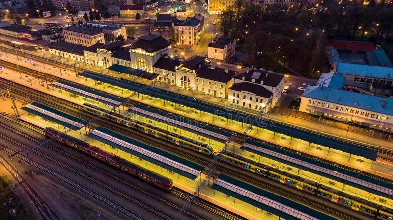 Σταθμός ραγών σε Tarnow, Πολωνία που φωτίζεται στο λυκόφως στοκ εικόνα