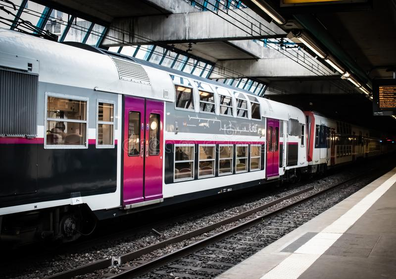 Σταθμός τρένου του Παρισιού που περιμένει τους επιβάτες στοκ φωτογραφία με δικαίωμα ελεύθερης χρήσης