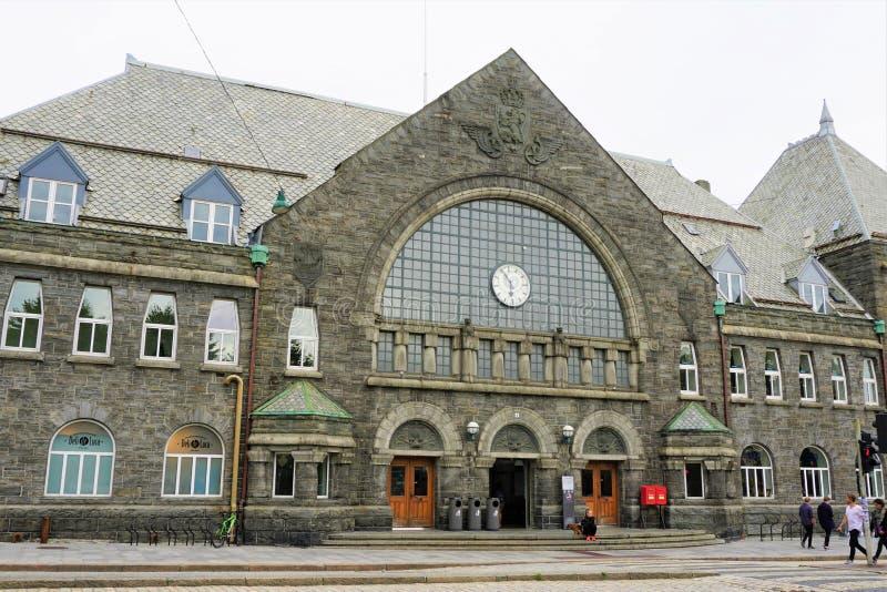 Σταθμός τρένου Stasjon του Μπέργκεν σε πέντε πενήντα π Μ στοκ εικόνες