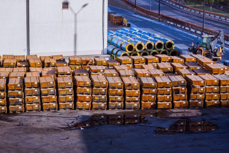 Σταθμός φορτίου με τα ξύλινα κιβώτια στοκ εικόνα με δικαίωμα ελεύθερης χρήσης