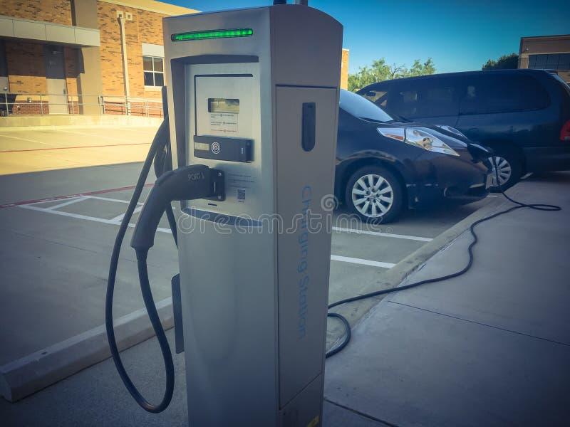 Σταθμός χρέωσης με το φορτιστή που συνδέεται με το ηλεκτρικό αυτοκίνητο στοκ φωτογραφίες
