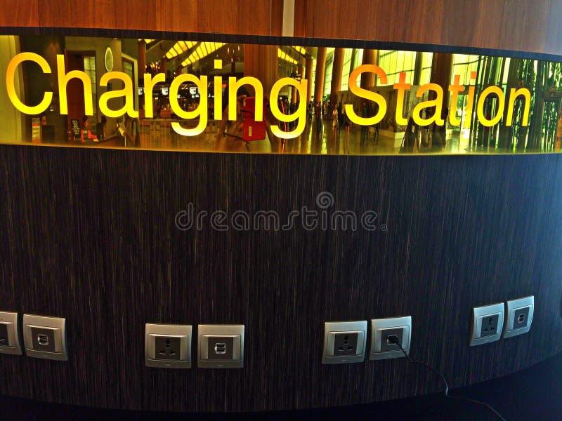 Σταθμός χρέωσης στο τερματικό αερολιμένων στοκ εικόνα με δικαίωμα ελεύθερης χρήσης