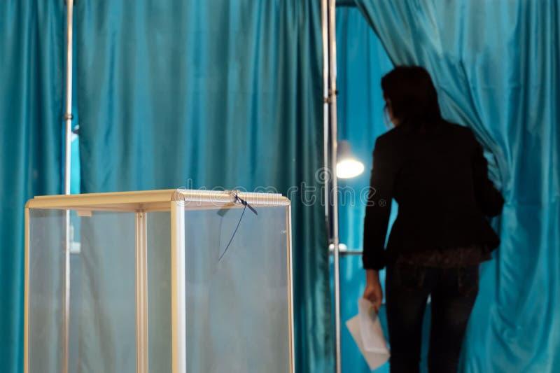 Σταθμός ψηφοφορίας Σε εθνικό επίπεδο ψηφοφορία, εκλογές Διαφανής κύβος για τη συλλογή των ψηφοφοριών στο πρώτο πλάνο Κινήσεις αφη στοκ εικόνες