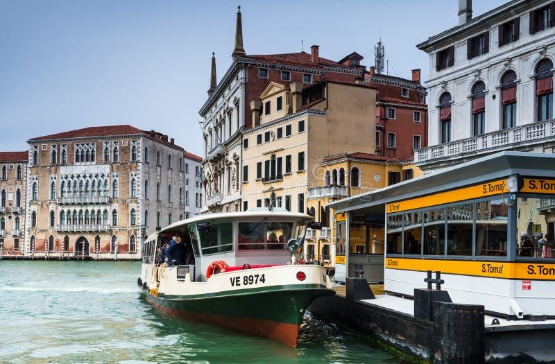 Σταθμός Vaporetto στη Βενετία, μεγάλο κανάλι στοκ φωτογραφία με δικαίωμα ελεύθερης χρήσης