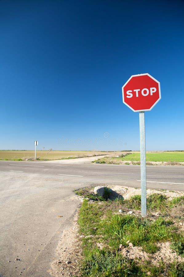 Σταματήστε το σημάδι στα σταυροδρόμια στοκ εικόνες