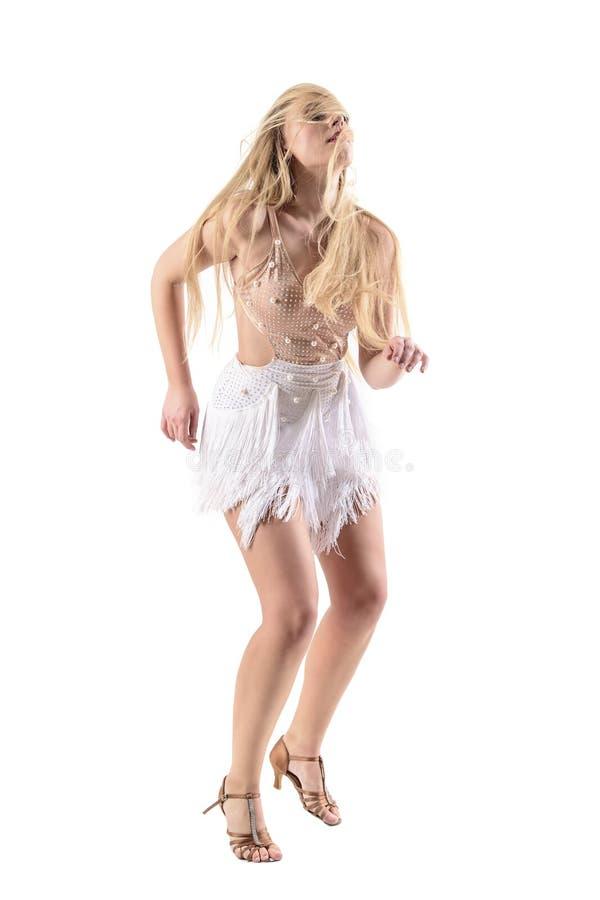 Σταματημένη κίνηση δράσης του εμπαθούς προκλητικού χορευτή γυναικών με την τρίχα που ρέει πέρα από το πρόσωπό της στοκ φωτογραφίες