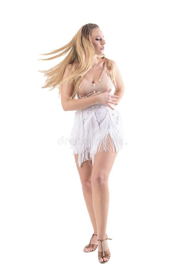 Σταματημένη κίνηση της χορεύοντας γυναίκας με τη ρέοντας εκτίναξη φορεμάτων και τρίχας που περιστρέφει και που κοιτάζει κάτω στοκ εικόνες