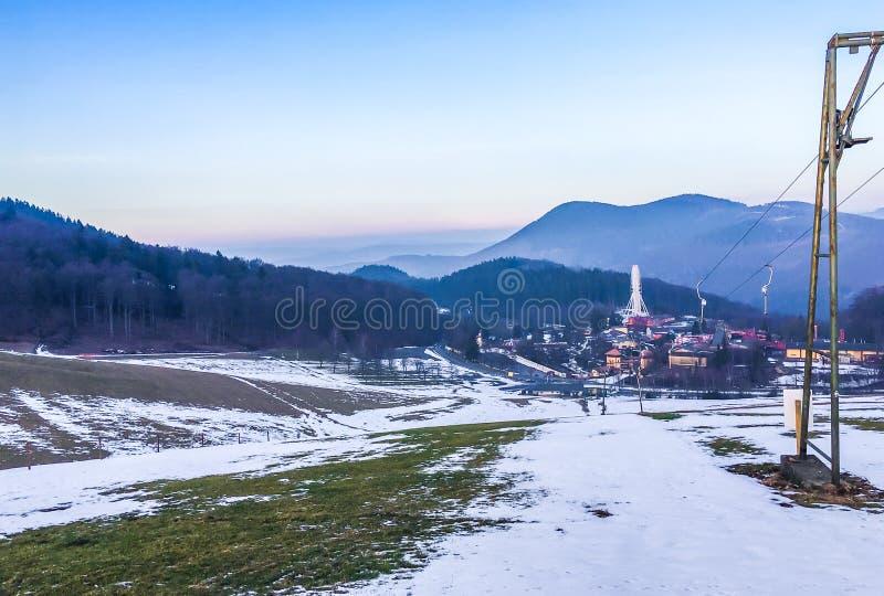 Σταματημένος ανελκυστήρας λόγω του φτωχού καιρού χιονιού με το όμορφο τοπίο τοπίων βουνών στη Γερμανία στοκ φωτογραφίες με δικαίωμα ελεύθερης χρήσης
