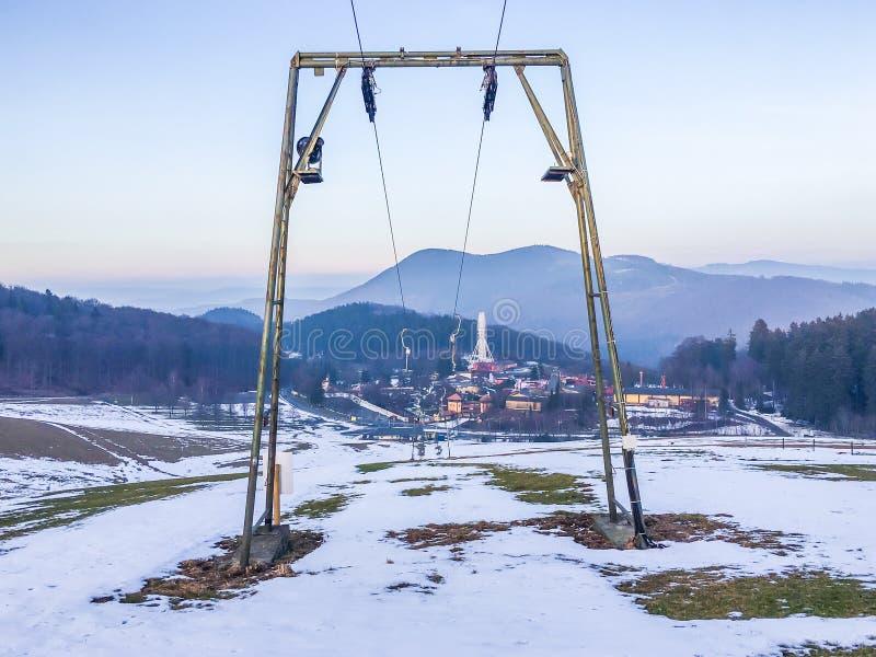 Σταματημένος ανελκυστήρας λόγω των φτωχών χιονοπτώσεων να κάνει σκι της Γερμανίας στον εξοπλισμό θερέτρου κλίσεων με τη θέα βουνο στοκ φωτογραφίες με δικαίωμα ελεύθερης χρήσης