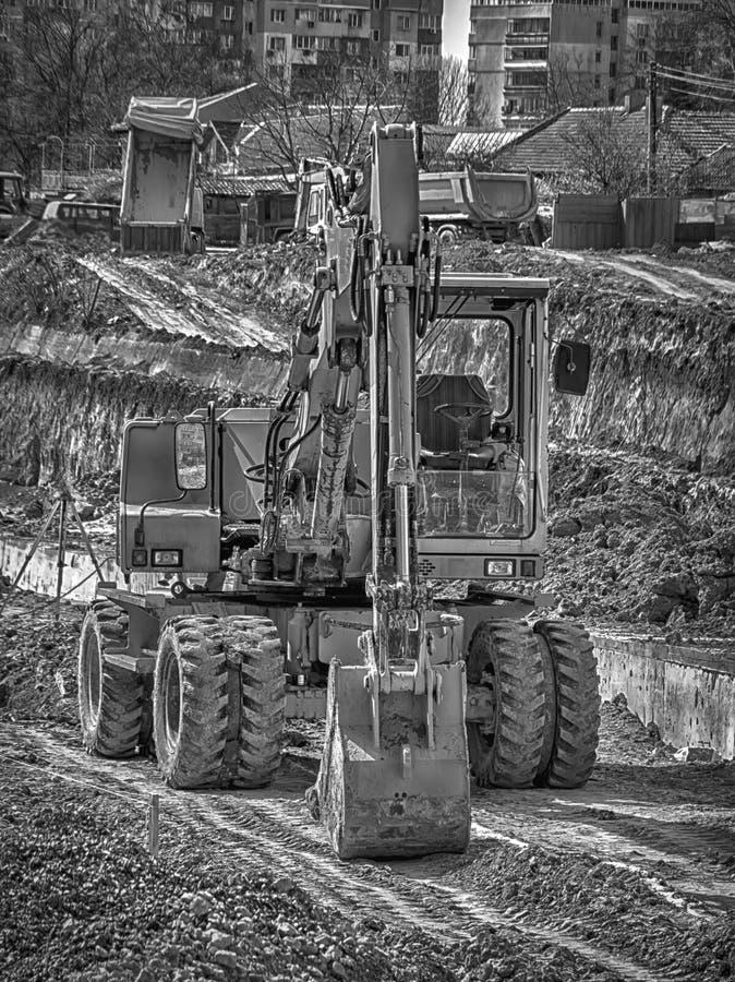 Σταματημένος εκσκαφέας στο εργοτάξιο οικοδομής στοκ εικόνα με δικαίωμα ελεύθερης χρήσης
