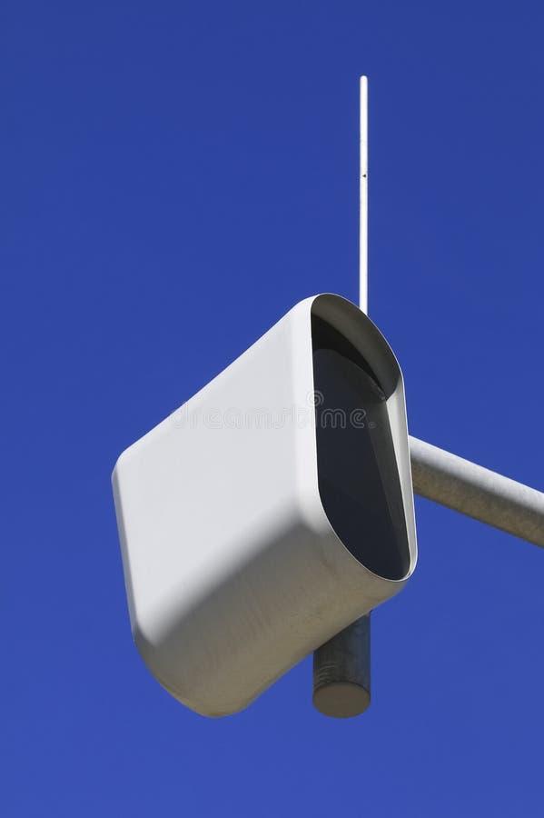 Στατική κάμερα ταχύτητας ή ασφάλειας ενάντια σε έναν μπλε ουρανό στοκ φωτογραφία με δικαίωμα ελεύθερης χρήσης