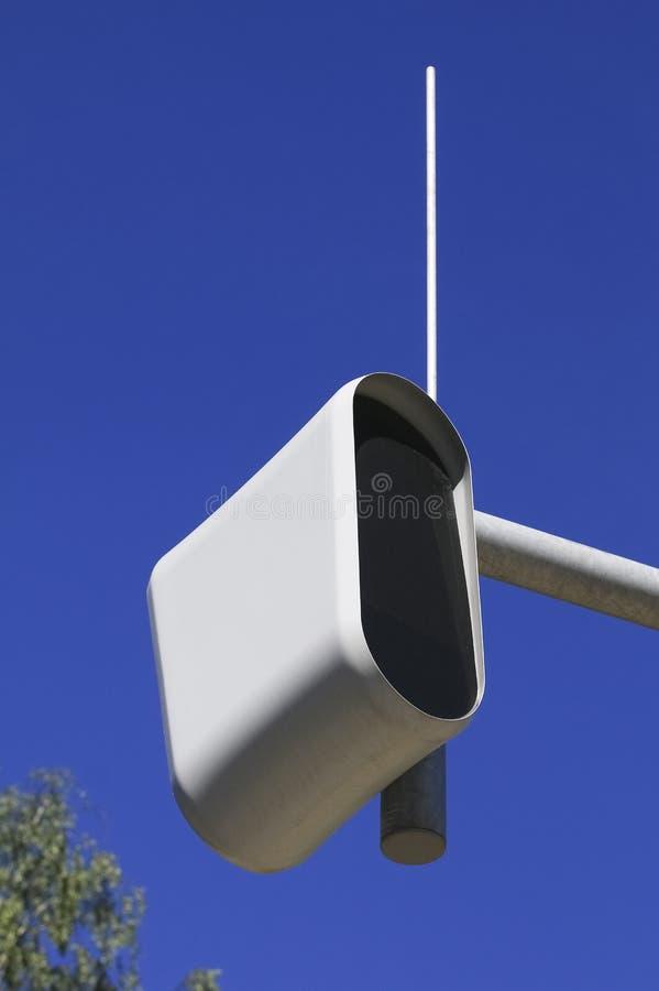 Στατική κάμερα ταχύτητας ή ασφάλειας ενάντια σε έναν μπλε ουρανό στοκ εικόνα