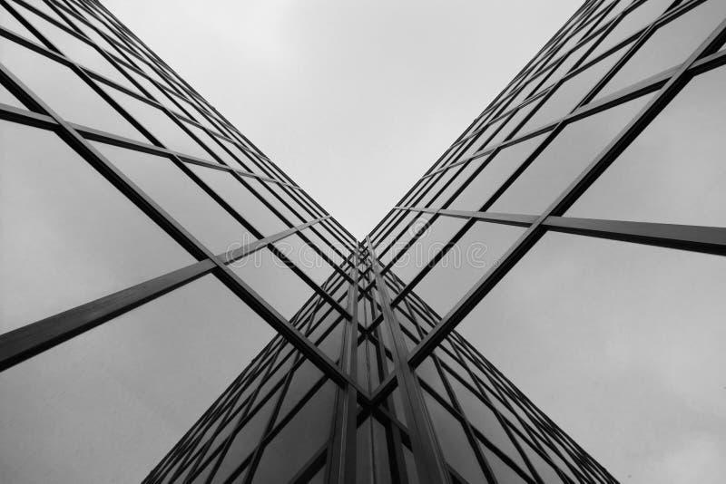Σταυροδρόμια γυαλιού σε ένα υψηλό σύγχρονο κτήριο, B&W. στοκ εικόνες