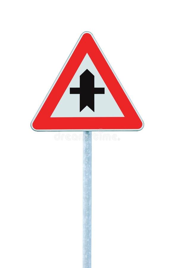 Σταυροδρόμια που προειδοποιούν το τρίγωνο σημαδιών κύριων δρόμων, μετα, μεγάλη λεπτομερής απομονωμένη κινηματογράφηση σε πρώτο πλ στοκ εικόνα
