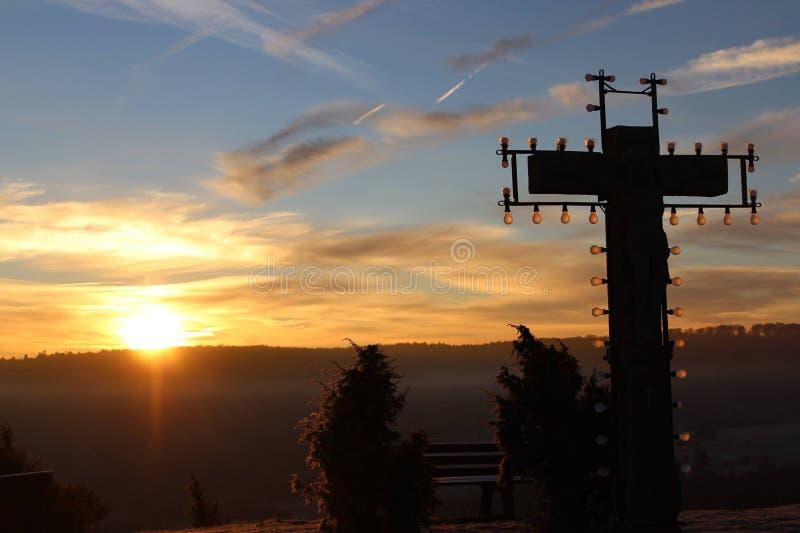 Σταυρός ηλιοβασιλέματος σε Montain στοκ φωτογραφία