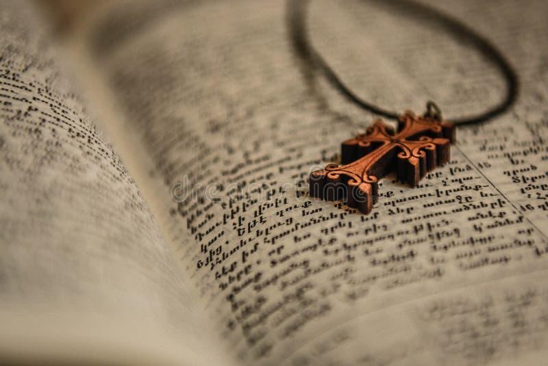 Σταυρός και Βίβλος Βίβλος με rosary στοκ εικόνα