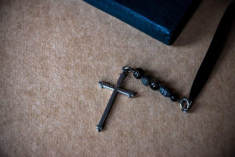 Σταυρός και η Βίβλος στο υπόβαθρο καφετιού εγγράφου στοκ φωτογραφίες με δικαίωμα ελεύθερης χρήσης