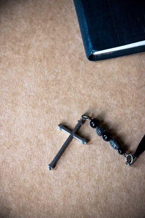 Σταυρός και η Βίβλος στο υπόβαθρο καφετιού εγγράφου στοκ φωτογραφίες