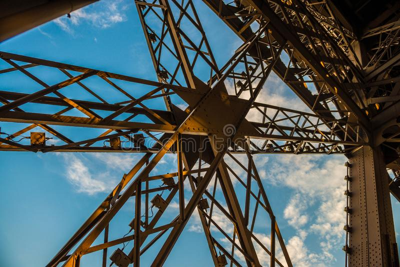 Σταυρός μετάλλων στον πύργο του Άιφελ με το μπλε ουρανό στοκ φωτογραφίες με δικαίωμα ελεύθερης χρήσης