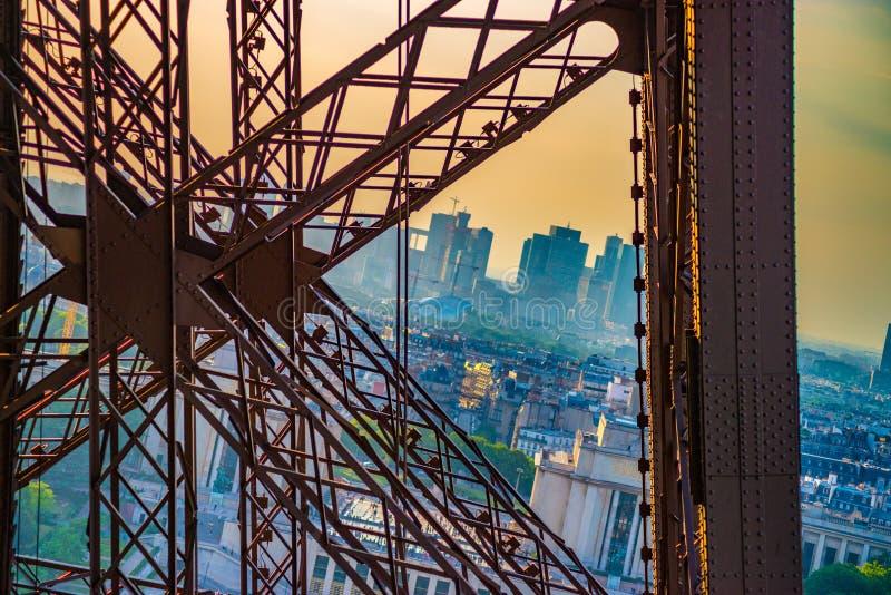 Σταυρός μετάλλων στον πύργο του Άιφελ με το Παρίσι στην πλάτη στοκ φωτογραφία με δικαίωμα ελεύθερης χρήσης
