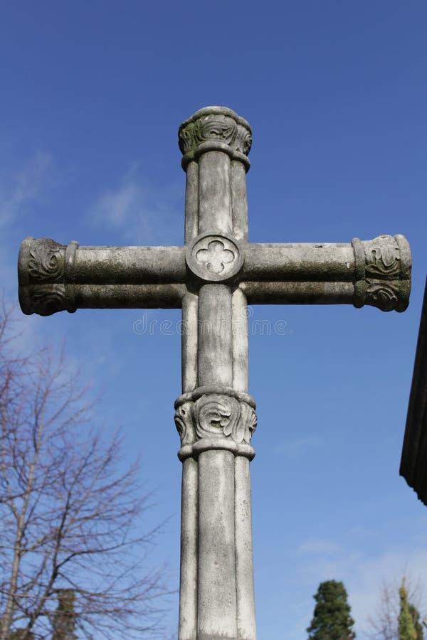 Σταυρός νεκροταφείων κάτω από το μπλε ουρανό στοκ φωτογραφία με δικαίωμα ελεύθερης χρήσης