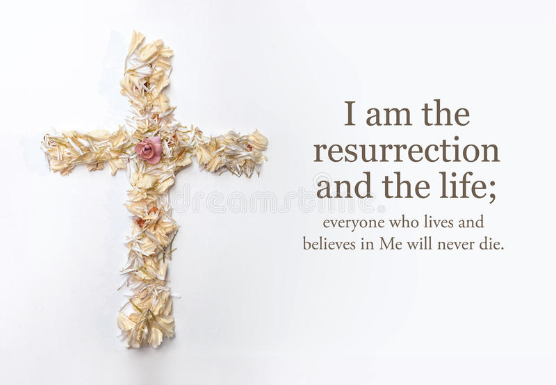 Σταυρός Πάσχας φιαγμένος από λουλούδια και μετάβαση Βίβλων John στοκ φωτογραφία με δικαίωμα ελεύθερης χρήσης