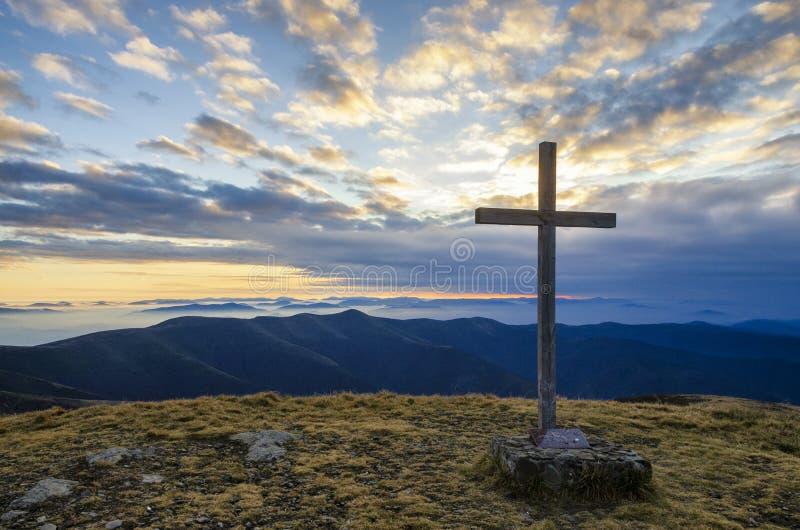 Σταυρός στην κορυφή ενός βουνού στοκ φωτογραφία με δικαίωμα ελεύθερης χρήσης