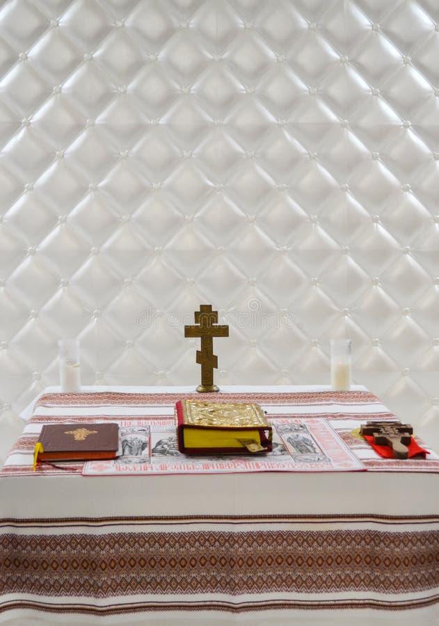 Σταυρός στον πίνακα με τη Βίβλο στοκ εικόνες