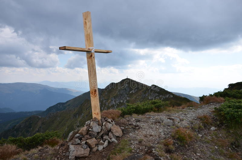 Σταυρός στο τοπ βουνό στοκ εικόνες