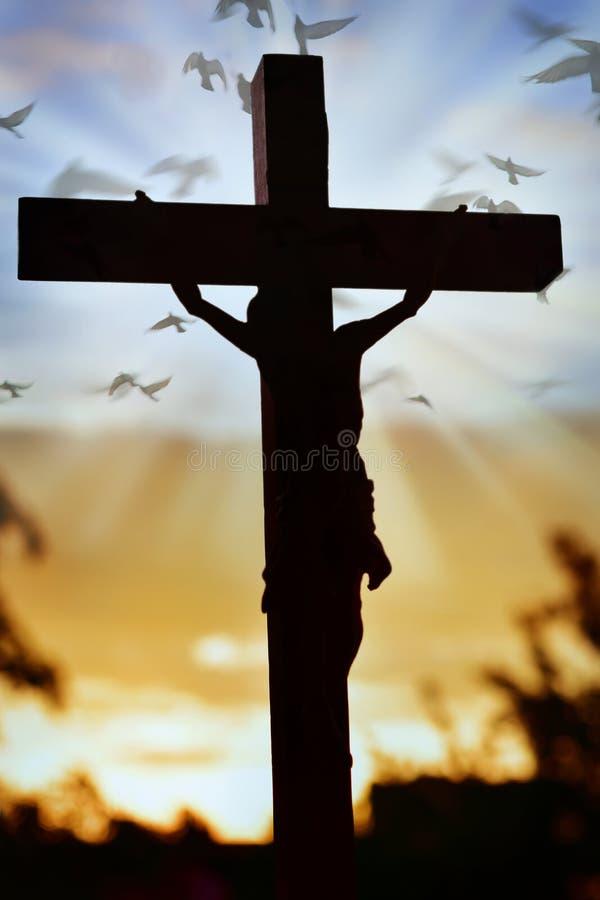 Σταυρός του Ιησούς Χριστού πέρα από τον ουρανό ηλιοβασιλέματος στοκ φωτογραφία