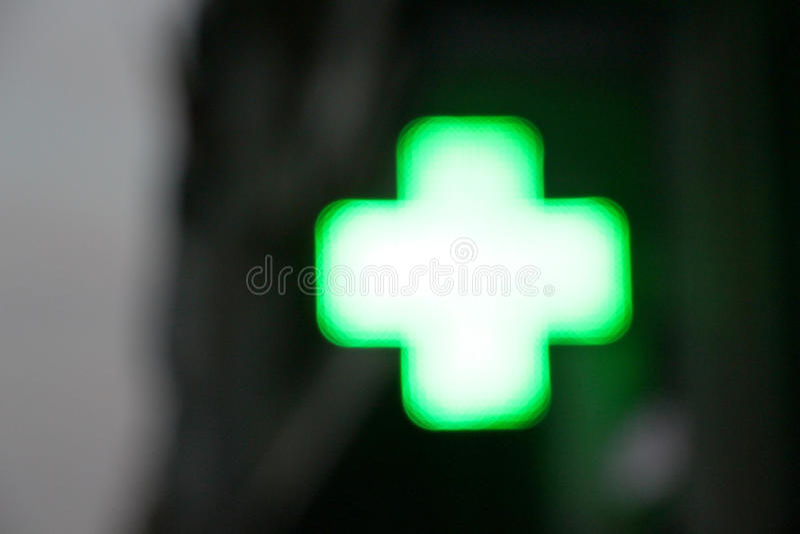 Σταυρός του φωτός ενός φαρμακείου, που θολώνεται στοκ εικόνα