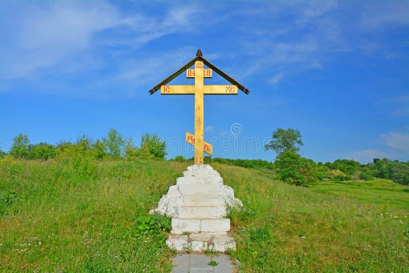 Σταυρός τόξων κοντά στην ιερή πηγή το λευκό καλά του ιεράρχη Nikola Zaraysky στοκ φωτογραφία