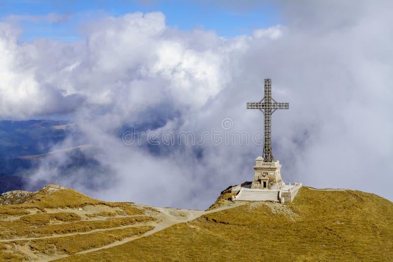 Σταυρός Caraiman από τα βουνά Bucegi, Ρουμανία στοκ εικόνες