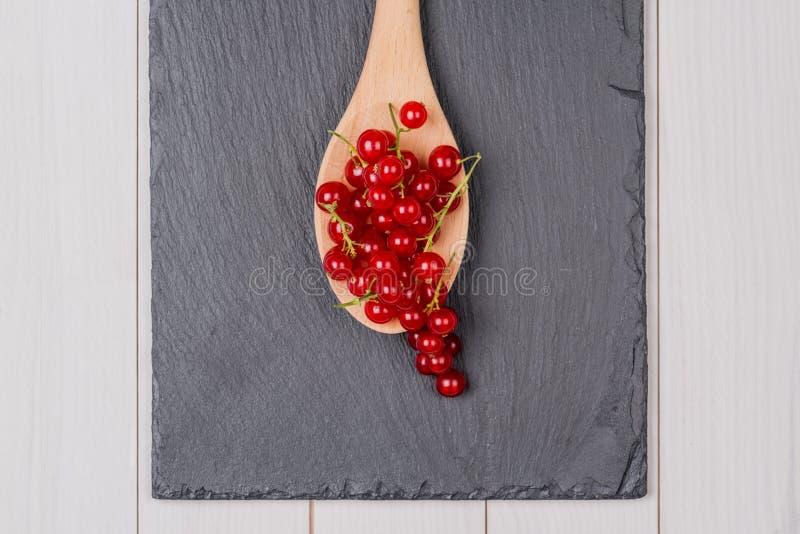 Σταφίδες σε ένα ξύλινο κουτάλι στοκ εικόνες
