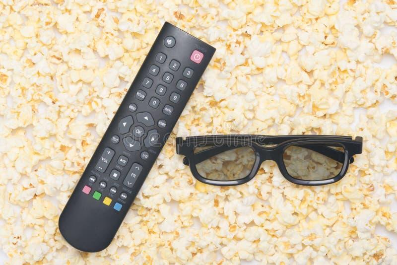 Στα πλαίσια του popcron, των τρισδιάστατων γυαλιών και ενός μακρινού για τον κινηματογράφο στοκ φωτογραφία