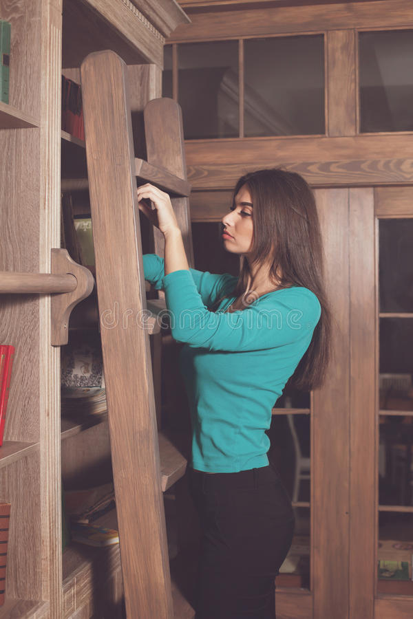 Στα σκαλοπάτια είναι γυναίκα στοκ φωτογραφία