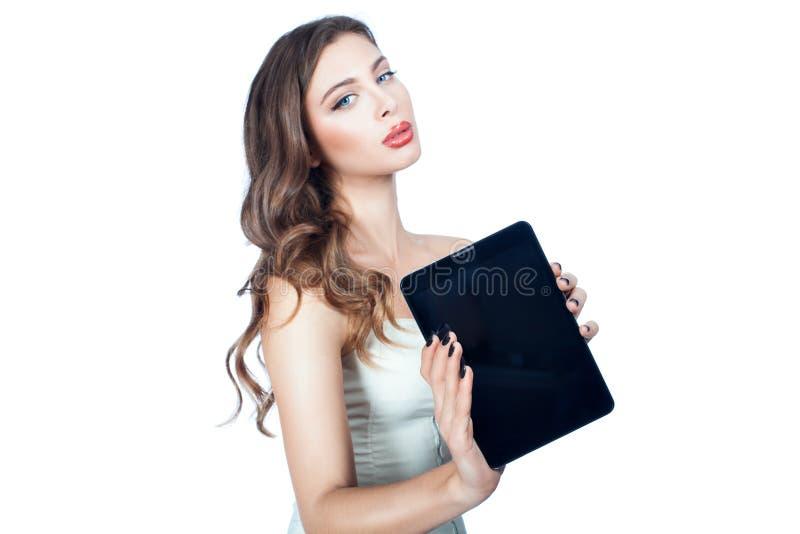 Στα χέρια ενός υπολογιστή ταμπλετών γυναικών στοκ φωτογραφίες με δικαίωμα ελεύθερης χρήσης