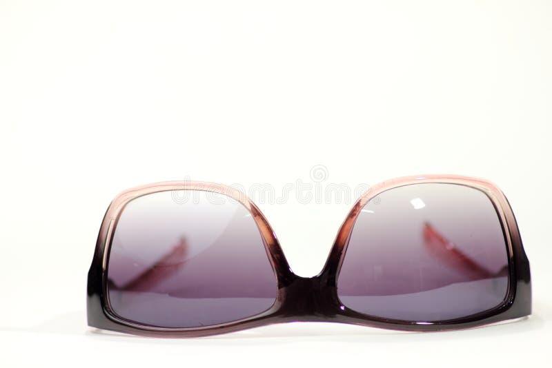 στενά απομονωμένα s γυαλιά ηλίου ανασκόπησης επάνω στις λευκές γυναίκες στοκ εικόνες