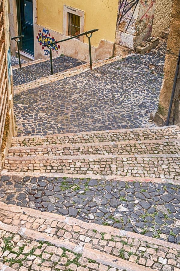 Στενά σκαλοπάτια κυβόλινθων στις αστικές οδούς πόλεων της Λισσαβώνας Πορτογαλία στοκ φωτογραφία με δικαίωμα ελεύθερης χρήσης