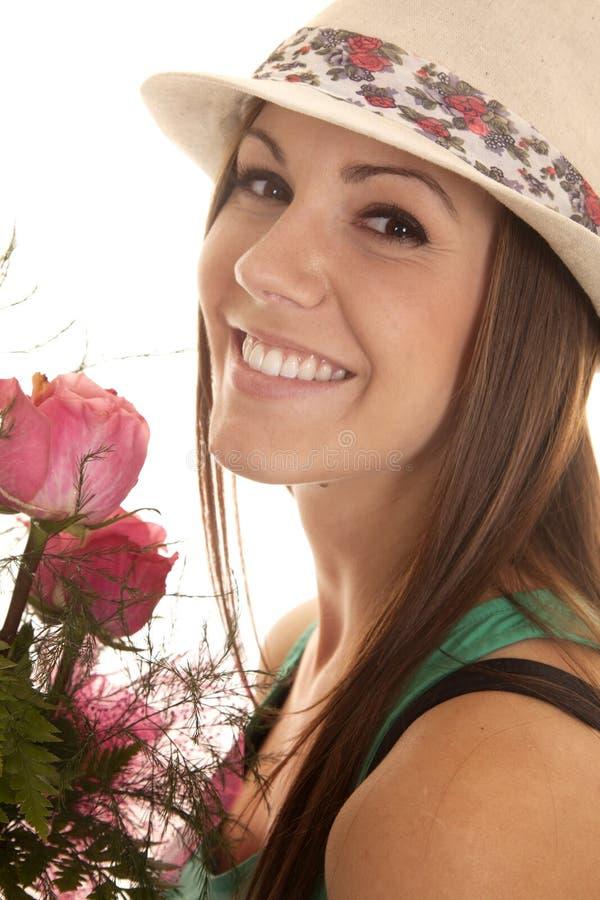 Στενά τριαντάφυλλα καπέλων χαμόγελου γυναικών στοκ φωτογραφία με δικαίωμα ελεύθερης χρήσης
