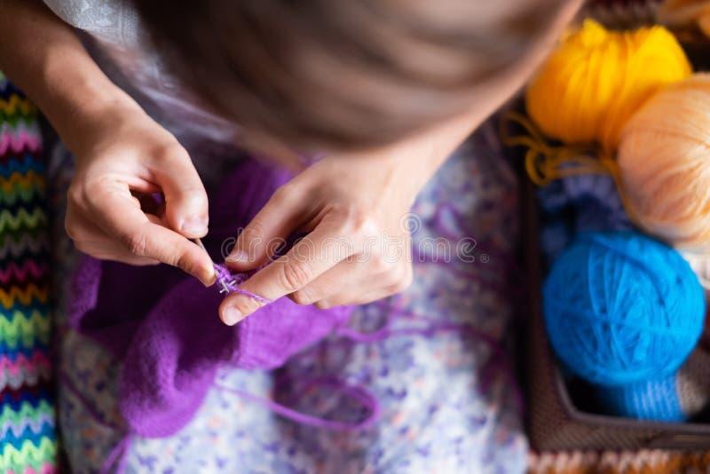 στενά χέρια που πλέκουν ε&pi στοκ φωτογραφία