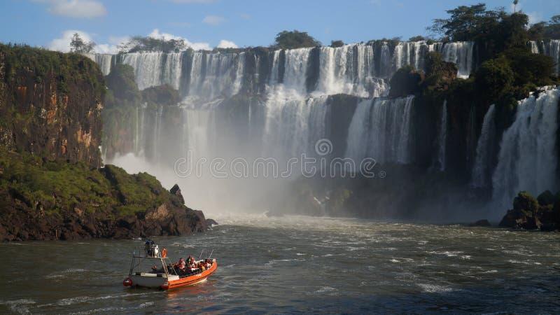 Στενές επάνω απόψεις καταρρακτών πτώσεων Iguazu από την αργεντινή πλευρά στοκ εικόνα